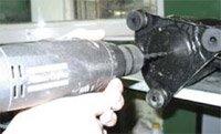 Для слива масла из роторного компрессора необходимо просверлить дно